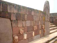 muro con cabezas de piedra en tiahuanaco