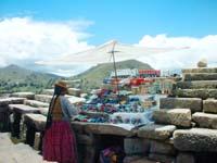 esta mujer vendiendo camiones y coches en  lo mas alto de copacabana